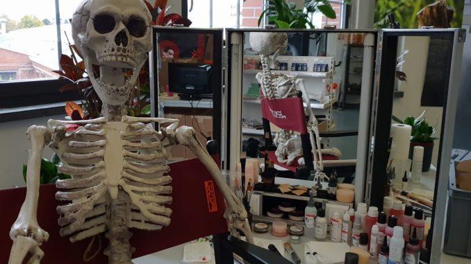 Skelett wartet auf Halloween